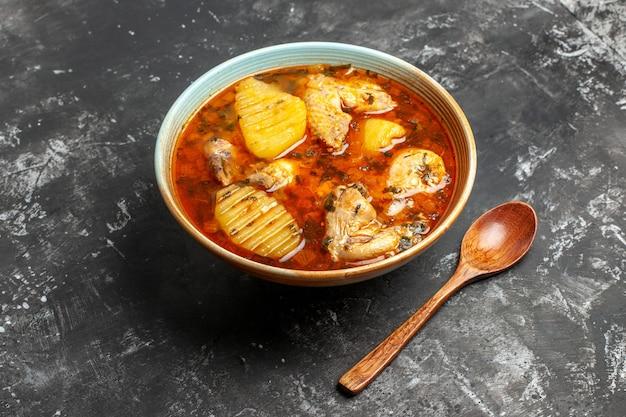 Hausgemachte suppe mit hühnchen und gewürzen hautnah