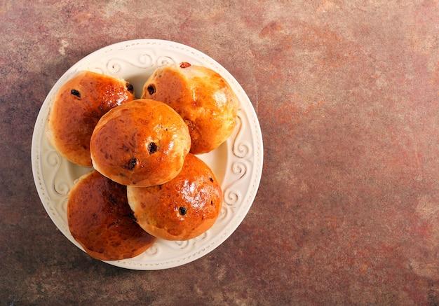 Hausgemachte teekuchen mit rosinen, auf teller Premium Fotos