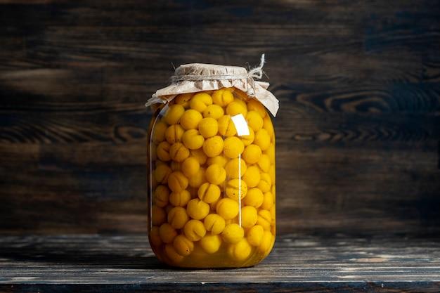 Hausgemachte tinktur der gelben kirschpflaume