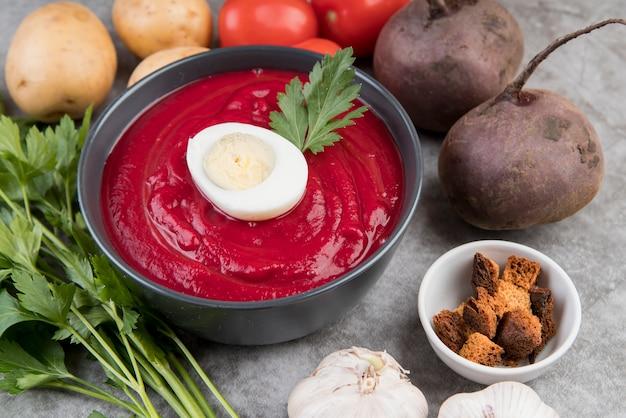 Hausgemachte tomatencremesuppe und ei hohe ansicht