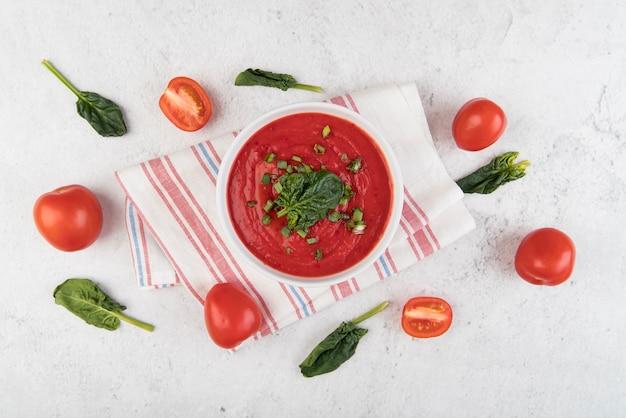 Hausgemachte tomatencremesuppe und niedliches arrangement
