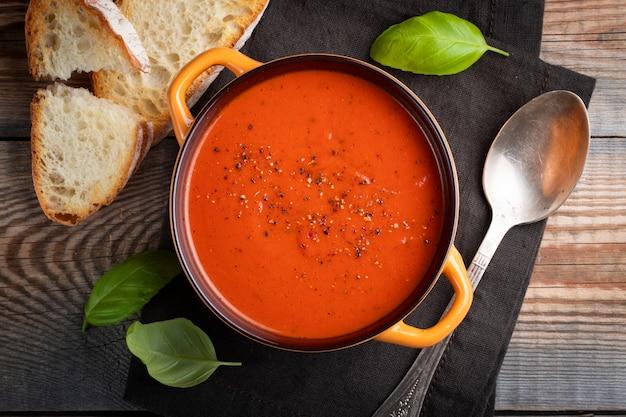 Hausgemachte tomatensuppe mit basilikum.