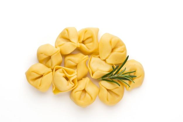 Hausgemachte tortellini mit kräutern