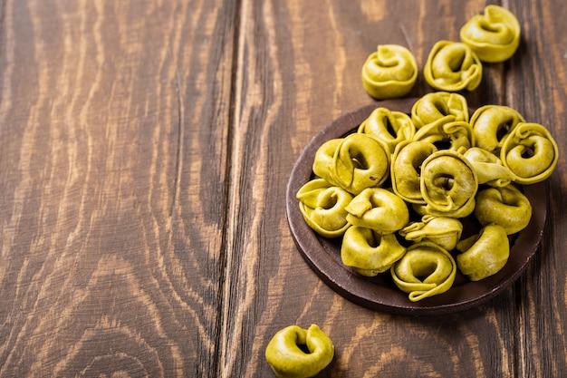 Hausgemachte tortellini mit spinat, käse und ricotta