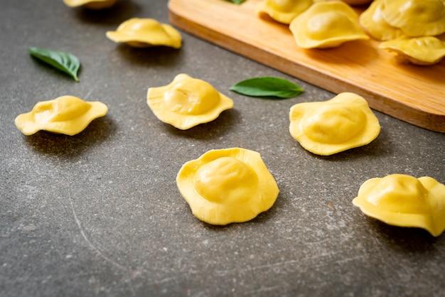 Hausgemachte traditionelle italienische ravioli-nudeln