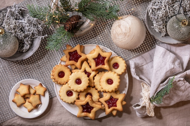 Hausgemachte traditionelle linz shortbread kekse kekse mit roter marmelade auf teller