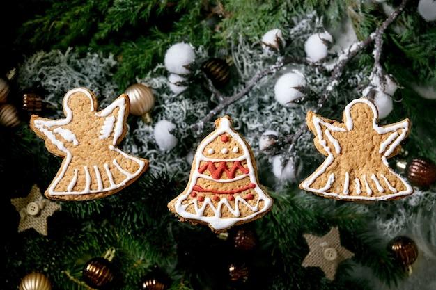 Hausgemachte traditionelle weihnachtslebkuchenplätzchen mit zuckerguss verziert