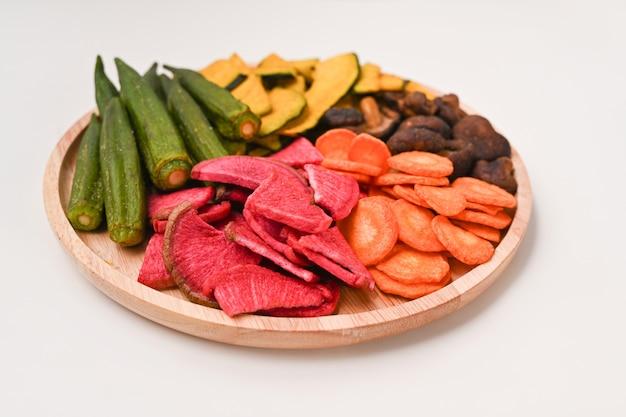Hausgemachte trockengemüsechips mit okra, karotten, kürbis, rote beete und shiitake-pilzen.