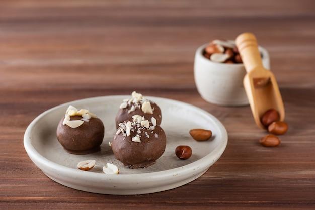 Hausgemachte trüffel mit erdnüssen in milchschokolade zucker gluten- und laktosefrei vegan
