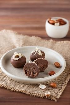 Hausgemachte trüffel mit erdnüssen in schokoladenzucker gluten- und laktosefrei und vegan