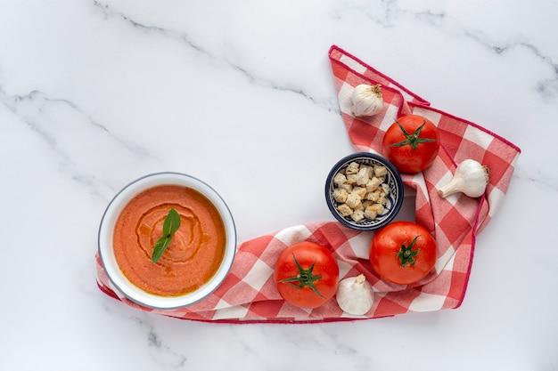 Hausgemachte typisch spanische gazpacho. tomatensuppe