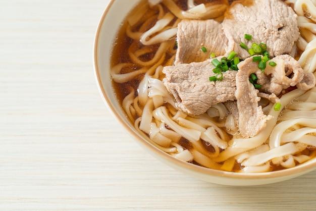 Hausgemachte udon-ramen-nudeln mit schweinefleisch in soja- oder shoyu-suppe