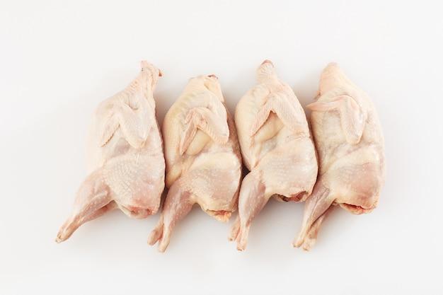 Hausgemachte umweltfreundliche rohe wachteln bereit zum kochen.