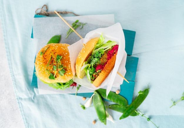 Hausgemachte vegane burger mit kichererbsenpastetchen, erbsen und rote-bete-hummus