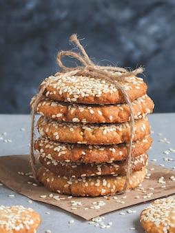 Hausgemachte vegane tahini-kekse im stapel.