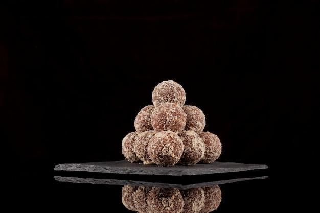 Hausgemachte vegetarische runde bonbons aus nüssen und trockenfrüchten rohe vegane süßigkeiten