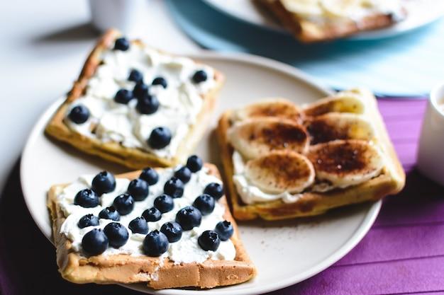 Hausgemachte waffeln der blaubeere und der banane