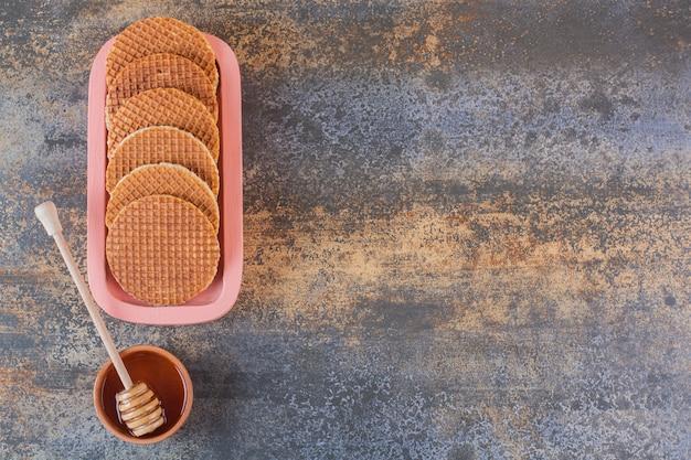 Hausgemachte waffeln mit bio-honig auf rustikal