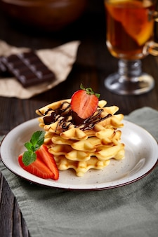Hausgemachte waffeln mit schokolade dekoriert