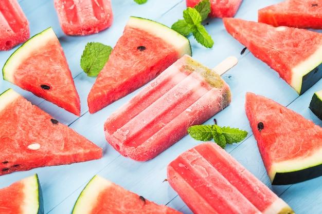 Hausgemachte wassermelone eis am stiel auf einem teller. sommer food konzept.