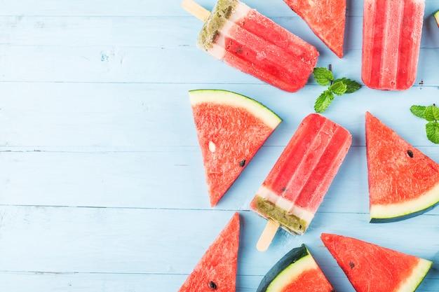 Hausgemachte wassermelone eis am stiel auf einem teller.