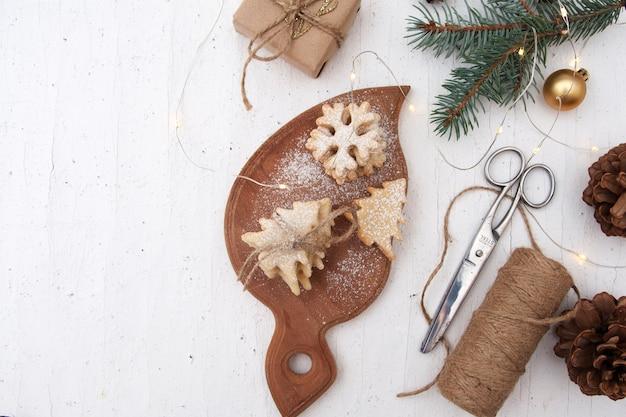 Hausgemachte weihnachtsbackkekse in baum- und schneeflockenformen