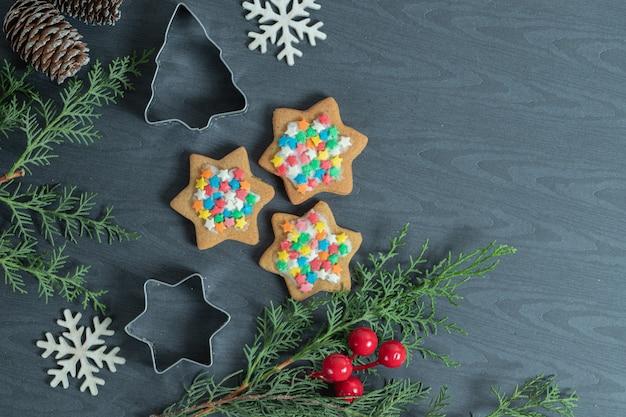Hausgemachte weihnachtsplätzchen mit weihnachtsschmuck.
