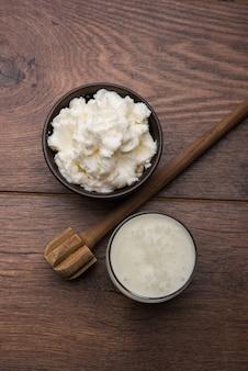Hausgemachte weiße butter oder makhan oder makkhan in hindi, serviert in einer schüssel. selektiver fokus
