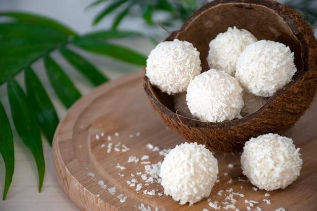 Hausgemachte weiße pralinen in kokosflocken in der nussschale