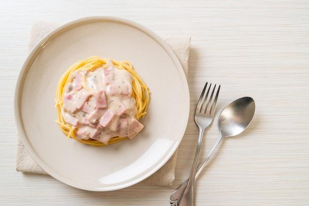 Hausgemachte weiße spaghetti-sahne-sauce mit schinken - italienische küche