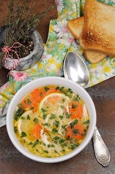 Hausgemachte zarte suppe mit hühnchen-zitronen-orzo und frischen petersilienblättern