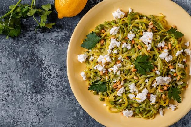 Hausgemachte zucchini zoodles pasta mit pinienkernen und feta