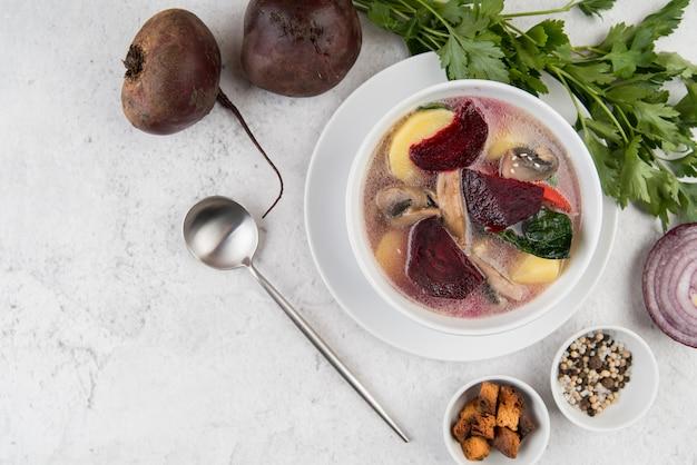 Hausgemachte zwiebel-gemüse-suppe und löffel