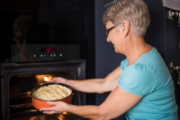 Hausgemachter apfelkuchen ist fast fertig
