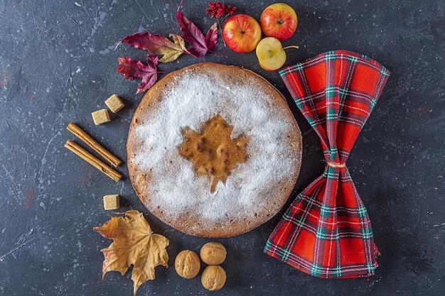 Hausgemachter apfelkuchen, schuster, charlotte mit walnuss und zimt