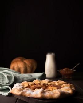 Hausgemachter apfelkuchen und milch