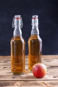 Hausgemachter apfelwein und apfel in flaschen