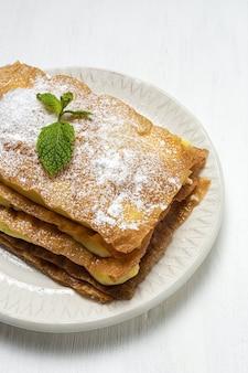 Hausgemachter arabischer kuchen mit filoteig und gebäckcreme von oben. arabisches essen
