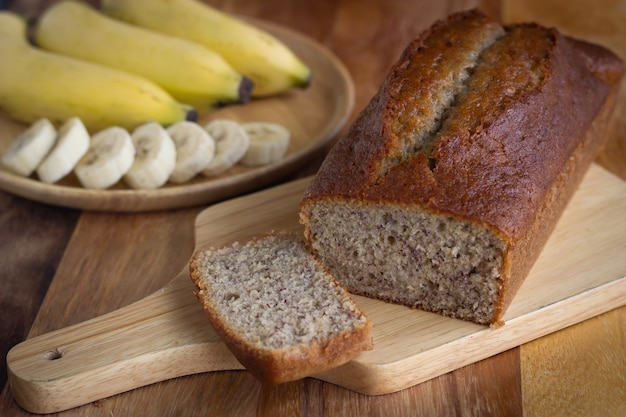 Hausgemachter bananenkuchen. gesundes dessert. kuchen mit naturfasern. serviert auf holzteller.