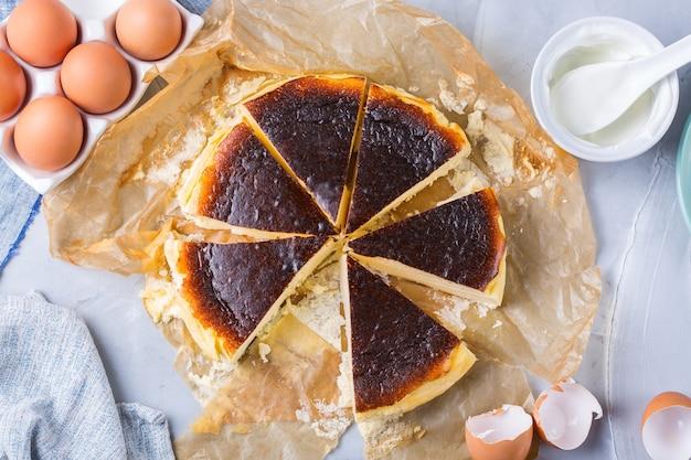 Hausgemachter baskischer gebrannter kuchen, käsekuchen nach new yorker art mit rissiger kruste. trendy lokales essen aus san sebastian, spanien. einfach für die hausmannskost