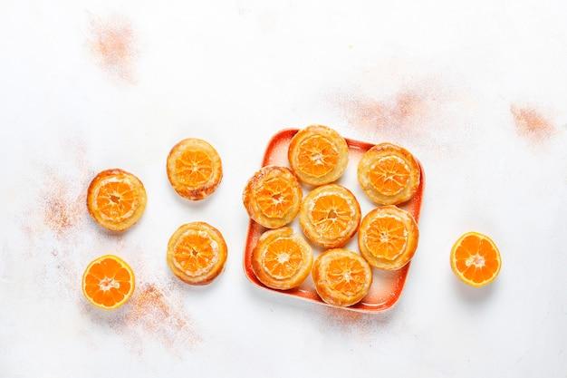 Hausgemachter blätterteig mit mandarinenscheiben.