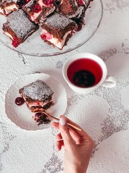 Hausgemachter brownie pie mit frischkäse und kirschen