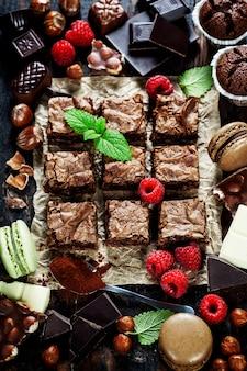 Hausgemachter brownie umgeben von zutaten