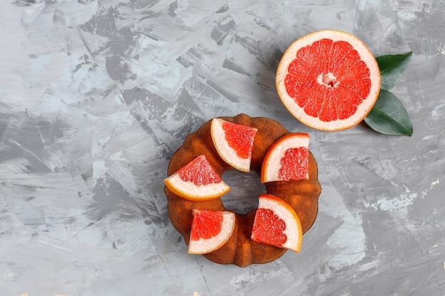 Hausgemachter bundt-kuchen mit zitrusfrüchten.