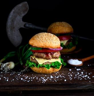 Hausgemachter burger mit salat, käse, zwiebeln und tomaten
