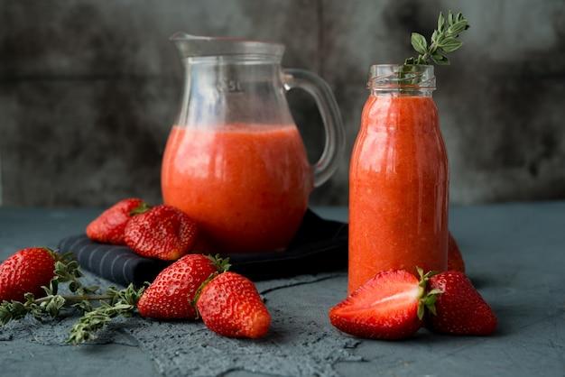 Hausgemachter erdbeer-smoothie in einer flasche