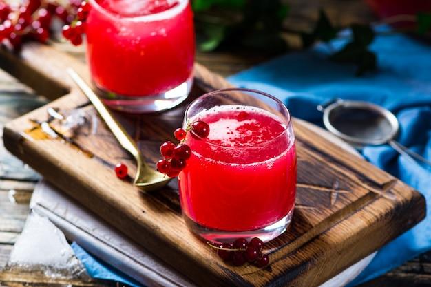 Hausgemachter fermentierter roher kombucha-tee mit verschiedenen aromen. gesundes natürliches getränk mit probiotischem geschmack. russisches getränk kwas. fermentationsgetränk. bio-getränk. sider. rote johannisbeere