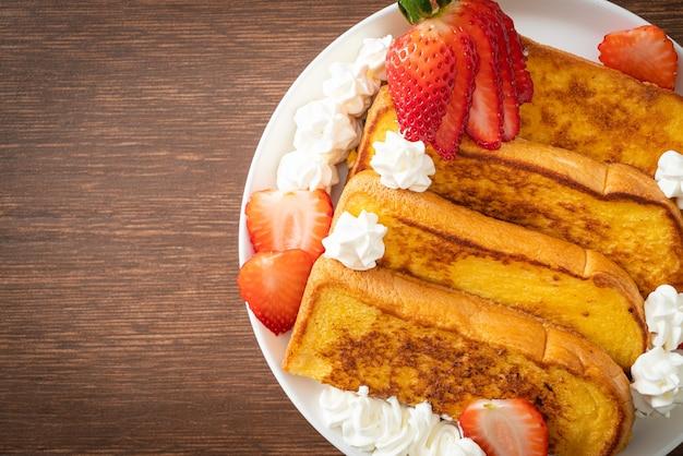 Hausgemachter french toast mit frischen erdbeeren und schlagsahne