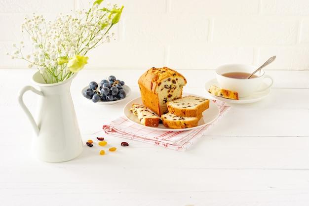 Hausgemachter frisch gebackener kuchenlaib mit rosinen. traditioneller genuss für tee oder kaffee. pfund kuchen. leckeres frühstück.