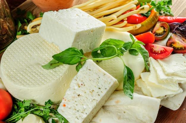 Hausgemachter frischer georgischer käse mit kräutern estragon